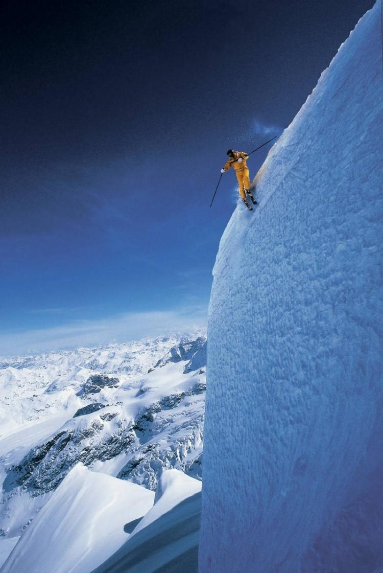 Skiers' jump from the cliff