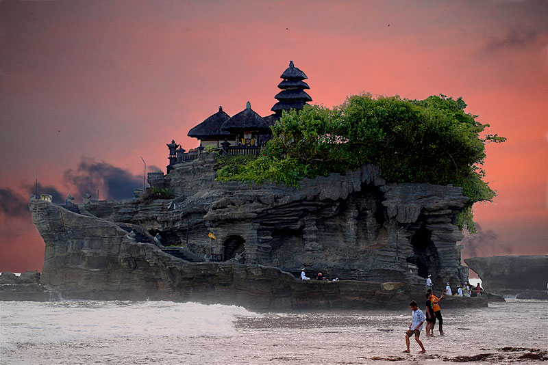 pura tanah lot sea temple bali indonesia