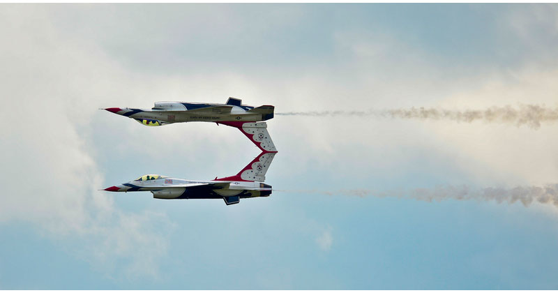 two usaf thunderbird f16 mirror image reflection acrobat trick