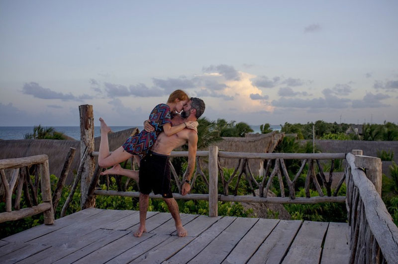 couple does same kiss embrace around the world (2)